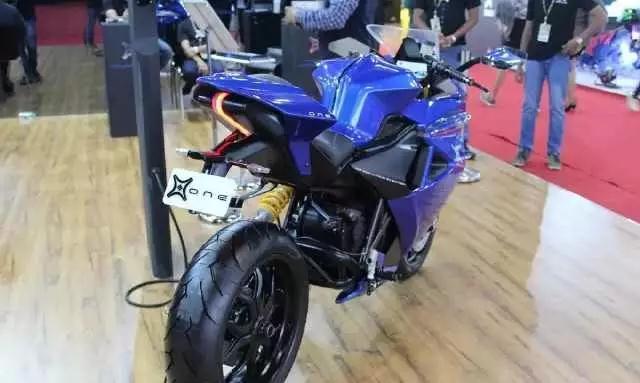 据说这款电动摩托车能在3秒内加速至100公里