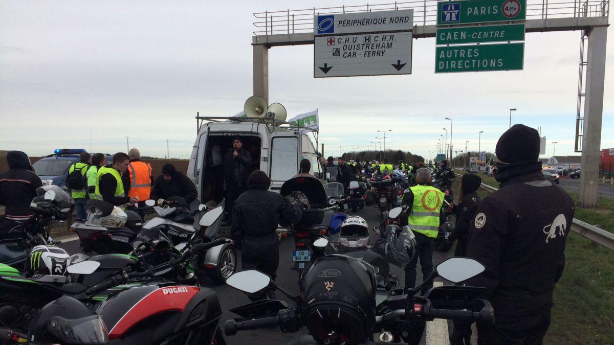 法国摩托车骑手游行抗议下调公路时速