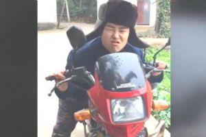 俩小伙飚摩托车,结局爆笑