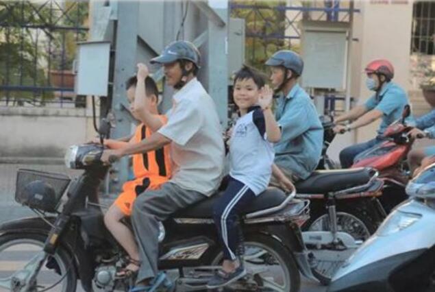 这里摩托车是主力,没红绿灯却很守规则