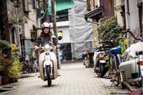 这个在街头骑着澳门皇冠官网幼兽的女孩不简单