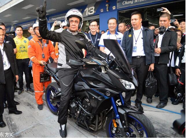 泰国总理驾摩托车体验MotoGP赛道风驰电掣