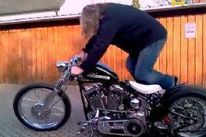 难启动的哈雷摩托车