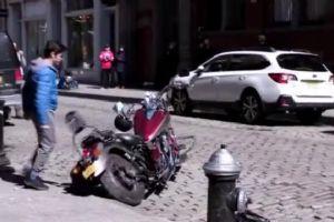 一拳打散摩托车 是个厉害的角儿