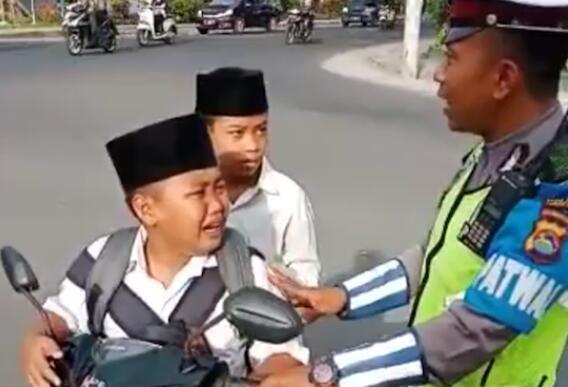 """印尼小学生骑摩托被拦 """"暴风式哭泣""""求放过"""