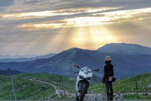 骑白色杜卡迪899的小姐姐你们爱吗?