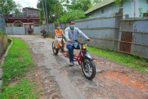 保持社交距离,印度男子自制加长摩托