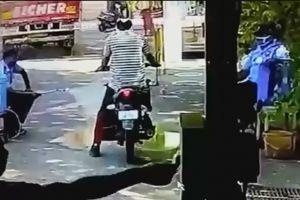 印度一男子骑摩托车过检被喷消∞毒着火