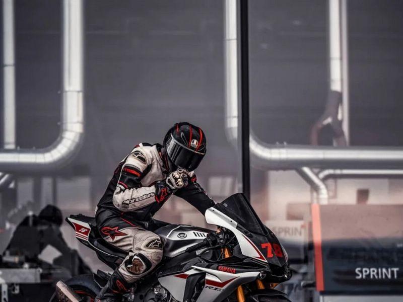 雅马哈 Yamaha--请选择车型--  帅气的R1M骑士!