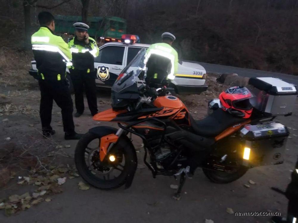 车友跑山途中被警车追尾险些酿成事故