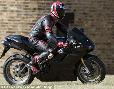 威廉王子大婚前曾骑摩托车兜风